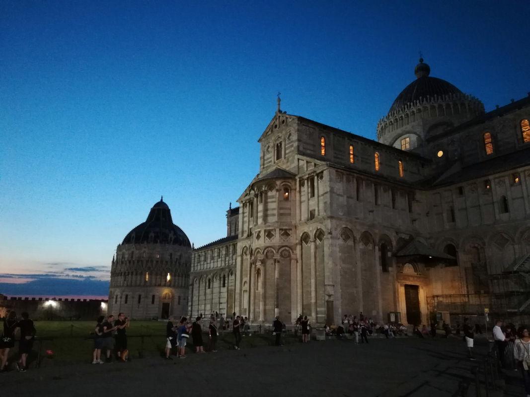Piazza dei Miracoli al tramonto a Pisa