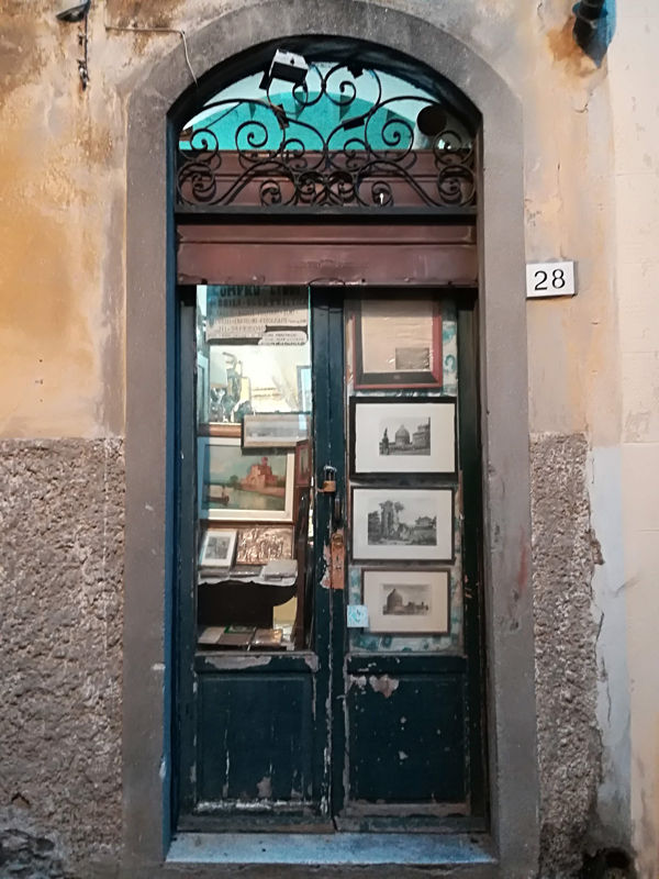 Una porta in centro sulla strada verso la Torre di Pisa