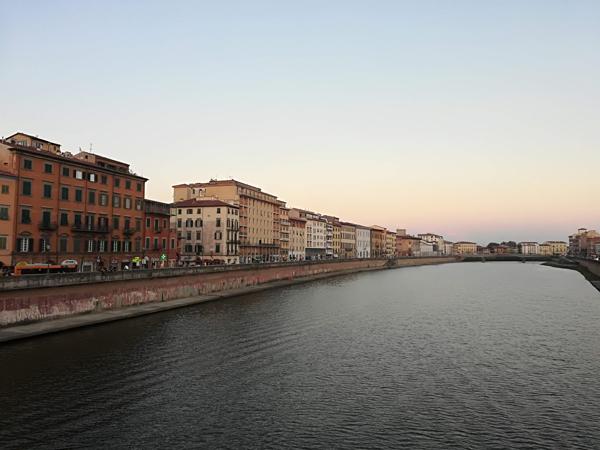 Tramonto sull'Arno di Pisa con vista sui lungarni