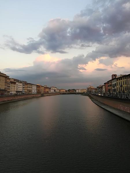 Il tramonto sul fiume Arno a Pisa