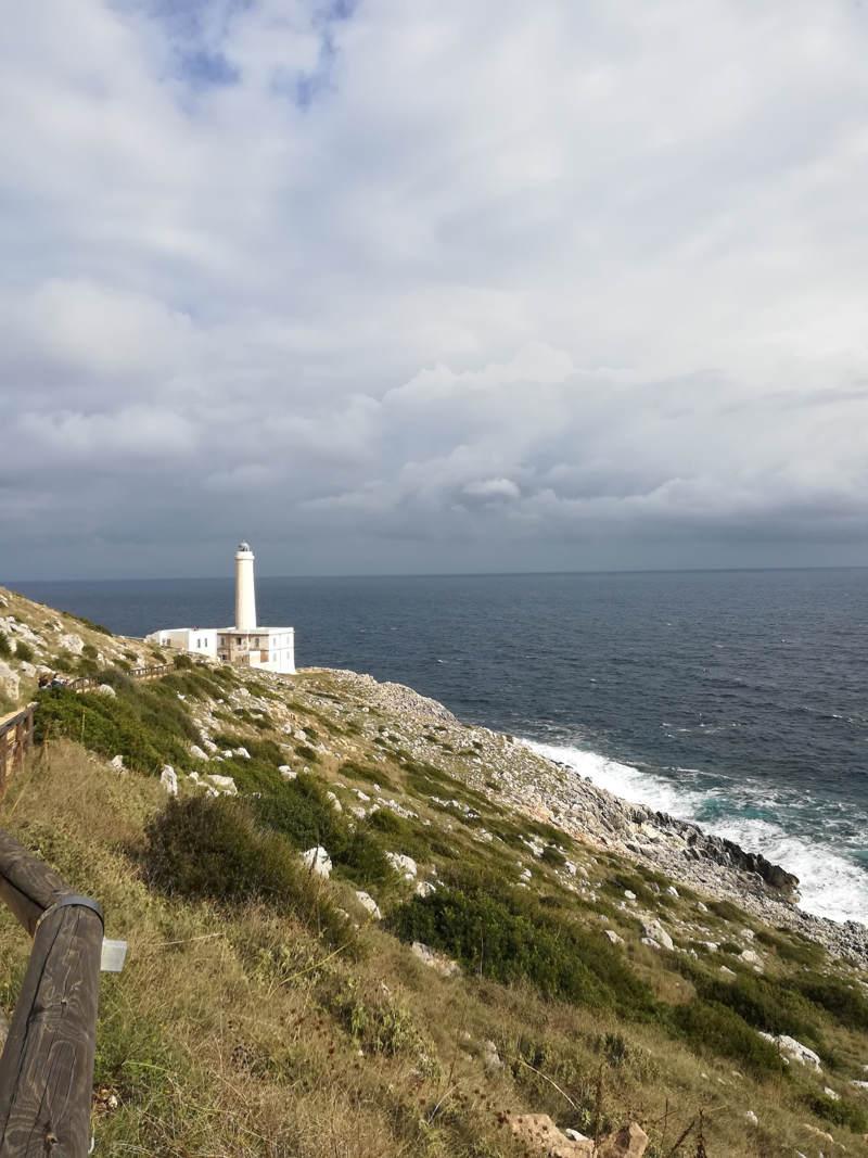 Il faro di Punta Palascìa in una giornata nuvolosa